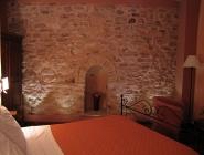 Camera a Spello con parete in pietra